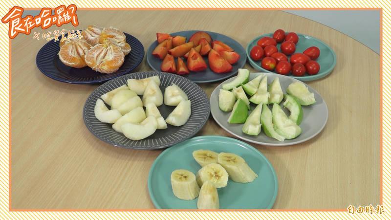 「食在吃貨員」再度發揮實驗精神,選了6種當季水果沾醬料,看看到底配不配!(影音製圖)