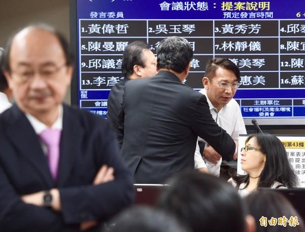 民進黨立委晚間8點將徐永明架離發言台。(記者羅沛德攝)