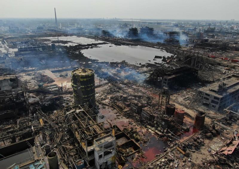 27日中國官方舉行江蘇化工廠爆炸祭奠儀式,卻禁止家屬進入。圖為爆炸現場。(法新社)