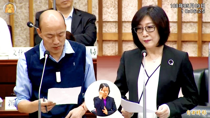 Kaohsiung Mayor Han Kuo-yu, left, answers questions from Democratic Progressive Party Kaohsiung City Councilor Kang Yu-cheng, right, at the Kaohsiung City Council yesterday.  Photo: Ko Yu-hao, Taipei Times