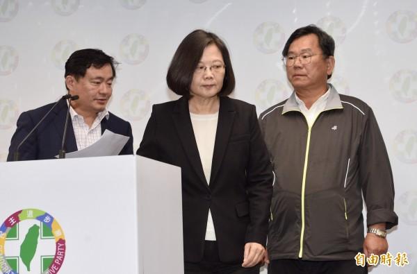 民進黨九合一選舉大敗,兼任民進黨主席的總統蔡英文24日晚間與秘書長洪耀福(左)、選對會召集人陳明文(右)召開記者會,宣布辭去黨主席,並向支持者致歉。(資料照)