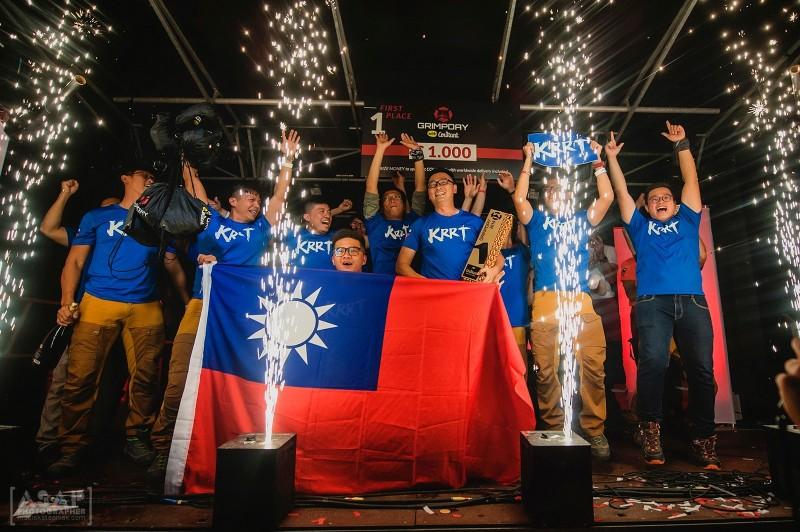高雄繩索救援隊「KRRT」參加全球最大規模繩索救援比賽「GRIMPDAY」,成為這個繩索界奧運的冠軍隊,台灣國旗飄揚在大會舞台。(圖擷自「KRRT -since 2018.01.01」)