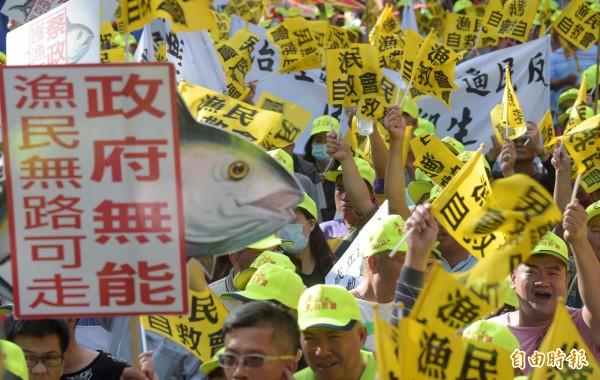 上千來自各地的漁民今天赴農委會抗議及立法院抗議。(記者黃耀徵攝)