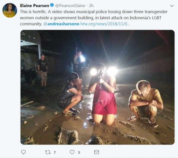 3名變性人遭到印尼警方用消防水槍沖洗、羞辱。(圖擷自推特)