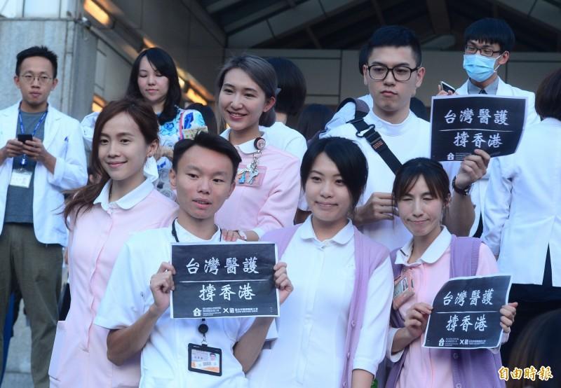 台灣醫護撐香港,100多名台灣醫護人員在台大醫院正門外階梯處,一同呼喊「台港同心,醫護同心」口號。(記者王藝菘攝)