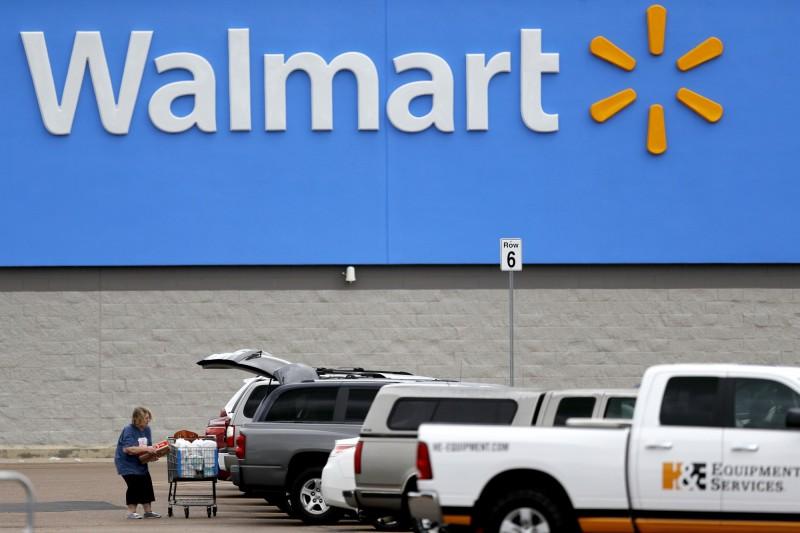 零售業巨頭沃爾瑪(Walmart)15日宣布,全美所有同名商店和山姆會員店(Sam's Club)將要求顧客帶上口罩,新規定將在下週一生效。(美聯社)