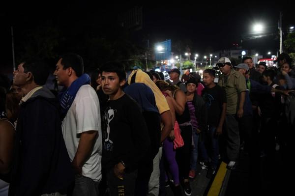 中美洲近來有數千移民大軍向美國挺進,薩爾瓦多週三(31日)又有約2000人集結後,從首都聖薩爾瓦多往北美移動。(法新社)
