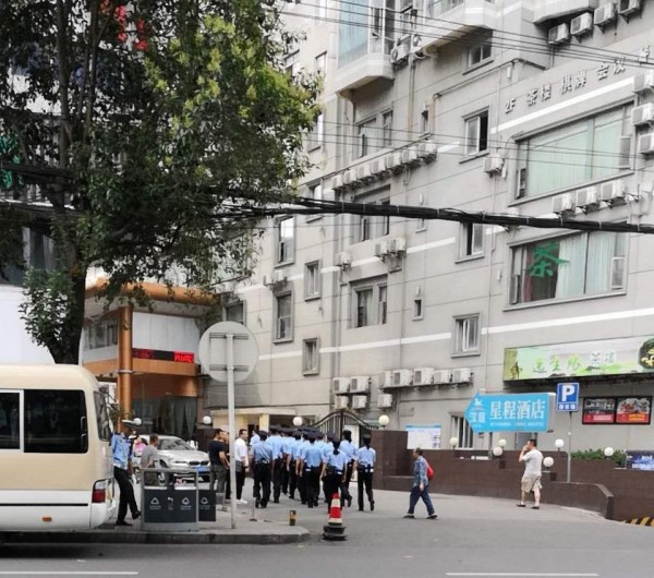 大約20多位員警包圍教會,對傳道士施暴更帶走數十名教友。(圖擷自秋雨聖約教會)