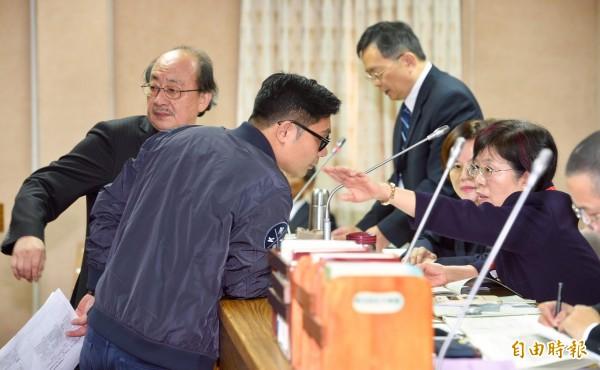 國民黨立委許毓仁(左二)、民進黨團總召柯建銘(左一)與會議主席尤美女(右一)就法案內容交換意見。(記者羅沛德攝)