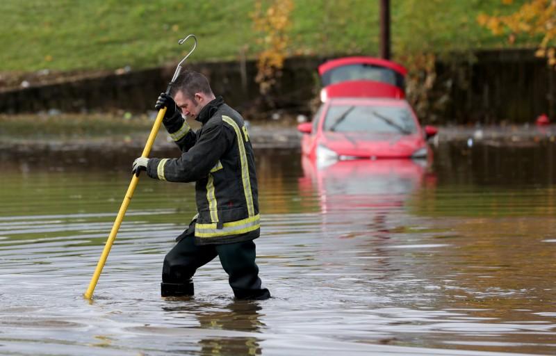 英國英格蘭中部近日發生洪災,道路全被淹沒。(路透)