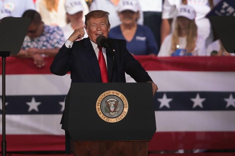 美國總統川普日前前往佛州,向底下的支持者暗批某個盟友,稱花鉅資保護一個富裕國家,但對方卻不喜歡他們。(法新社)