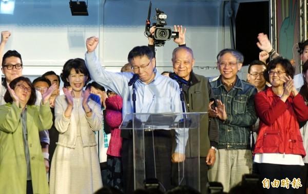 台北市長選戰拉鋸長達10小時,鄉民群起激憤大舉湧入PTT,造成史上第二次紫爆,最終柯文哲以些微差距險勝丁守中。(記者方賓照攝)