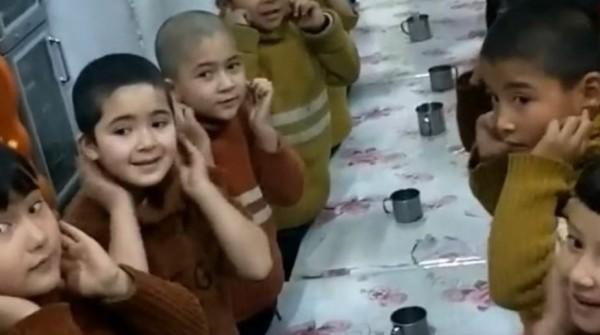 吐爾遜去年12月在社群媒體上一段有關新疆孤兒院的影片中,認出女兒艾依夏(左二)。(擷取自rfa)