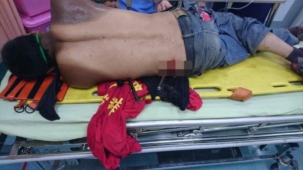 工人遭板模壓傷,鋼筋插進腳、腹。(記者蔡政珉翻攝)