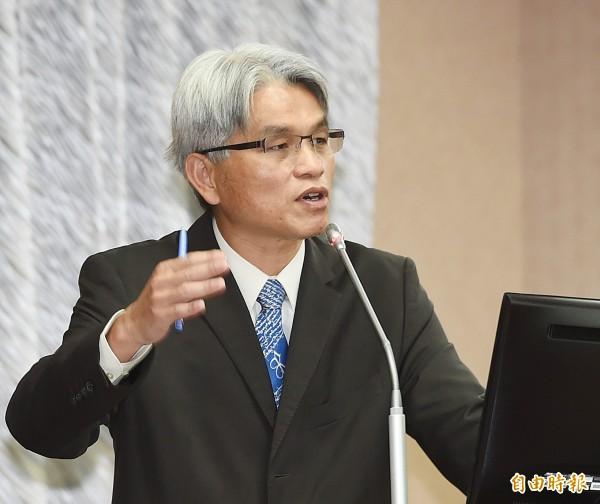 中選會主委陳英鈐今日在立法院內政委員會表示,他支持將立委選區劃分公式入法。(記者方賓照攝)