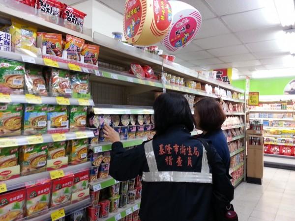 基隆市衛生局稽查員日前到全市7區賣場稽查,了解有無來自日本核災區食品被竄改銷售情形。(圖為基隆市衛生局提供)
