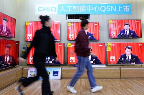 中國展開「雪亮工程」,藉由電視和手機監視民眾家庭生活。圖為中國電視展場播出習近平19大談話。(法新社)