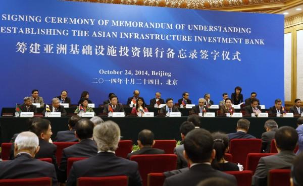 去年10月在北京召開的籌建亞投行備忘錄簽字儀式,各國代表與會參加。(路透,資料照)