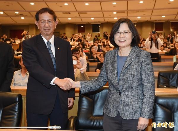 民進黨主席蔡英文(右)出席「第七屆全球集思論壇」,和應邀演說的中研院前院長李遠哲(左)握手致意。(記者廖振輝攝)