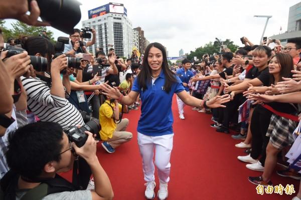 台北市政府前廣場擠滿人潮,迎接「台灣英雄」,郭婞淳抵達現場時,現場歡呼聲再度沸騰,她還親切的幫粉絲簽名。(記者簡榮豐攝)