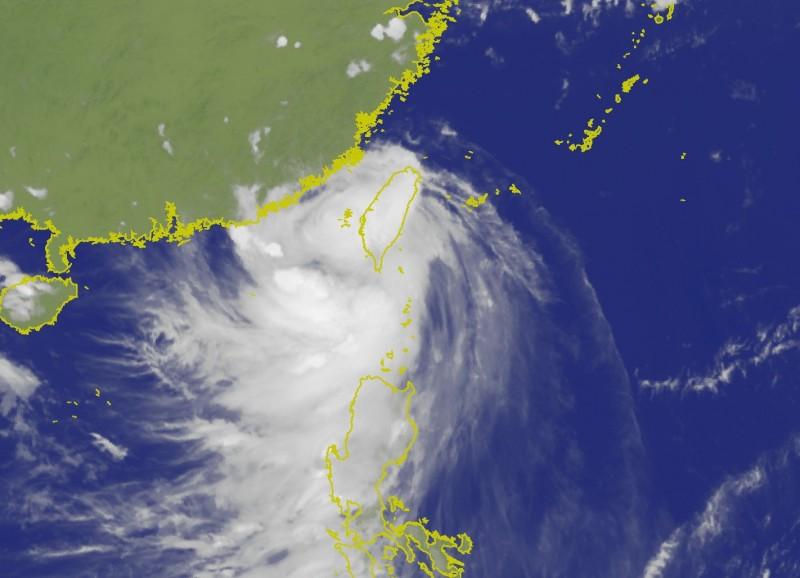 白鹿颱風中心雖已脫離台灣本島陸地,但外圍環流仍將影響台灣。(圖擷自中央氣象局)