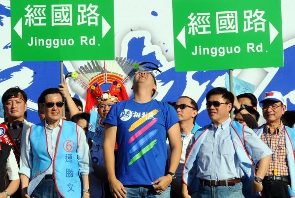 台北市長候選人連勝文(中)22日在北市府前舉辦「挺台北、挺FTA、挺勝文」大遊行時,提出把市府路改成經國路的意見。(資料照,記者劉信德攝)