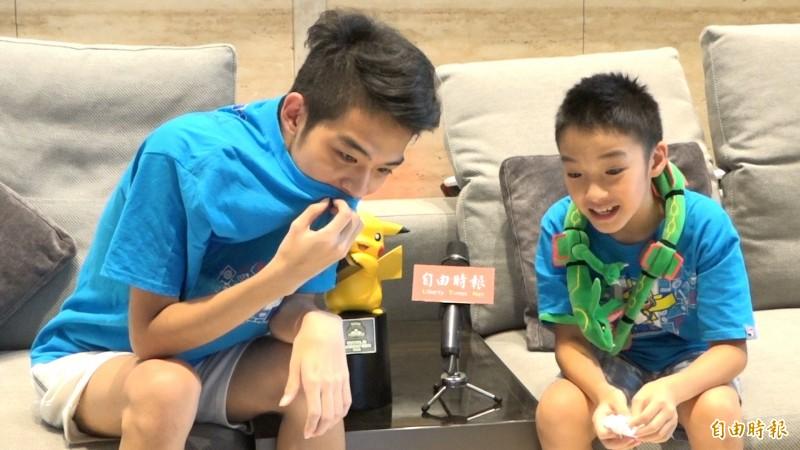 哥哥吳震(左)是吳比的寶可夢專屬教練。(記者張家寶攝)