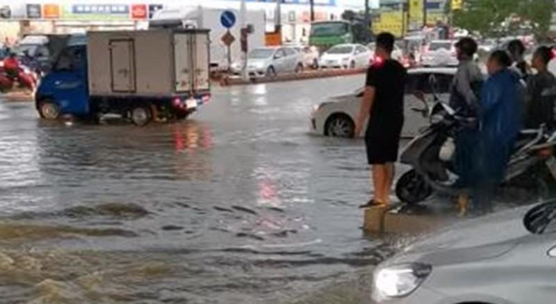 韓粉認為,路面水位半個輪胎高「沒有淹水」,要求「別再酸高雄了」。(圖擷取自爆政公社)