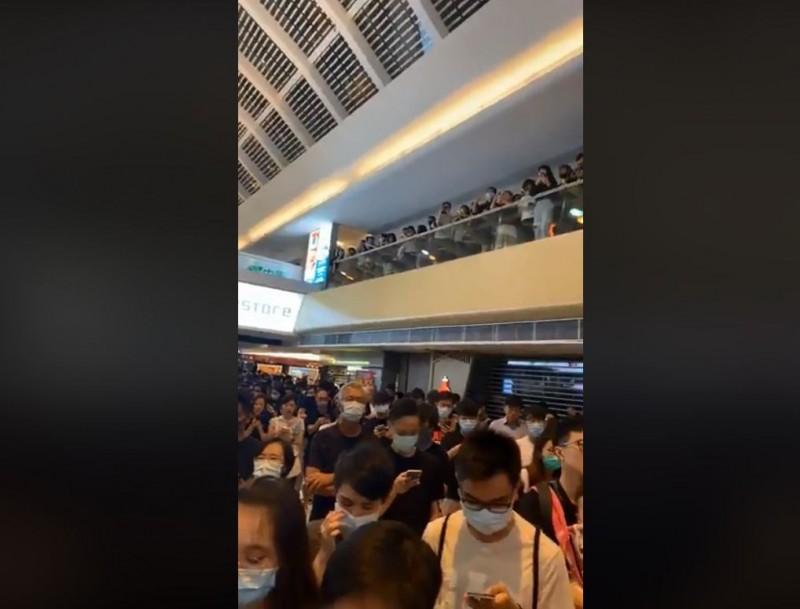 千名香港人聚集在馬鞍山市中心的「新港城中心」,同聲宣讀《香港臨時政府宣言》,並高喊「香港人,反抗!」(擷取自粉專「Kit Da Sketch - Kit Man」)