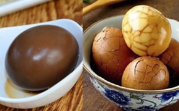 中國網友上傳圖片PO文道歉,意圖打臉「吃不起茶葉蛋」一說,結果遭網友打臉,表示蛋殼完全沒敲碎,失去了大理石紋,根本只是顆尋常滷蛋。(左為中國網友上傳之茶葉蛋照,右為網搜之茶葉蛋照。擷取自《天涯社區》)