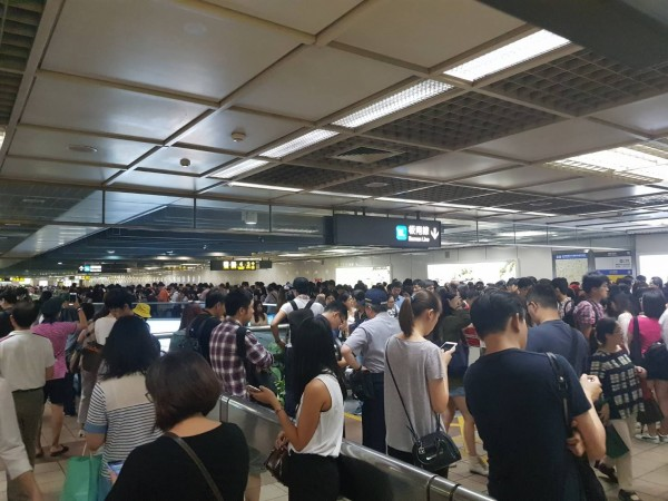 北北基宣布今下午4點停班停課,4點過後捷運湧入大批人潮,捷運站塞爆彷彿跨年人潮。(網友提供)