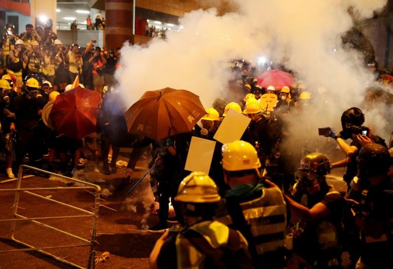 香港反送中運動,推遲「一國兩制台灣方案」。圖為港警以催淚彈鎮壓清場。(路透)