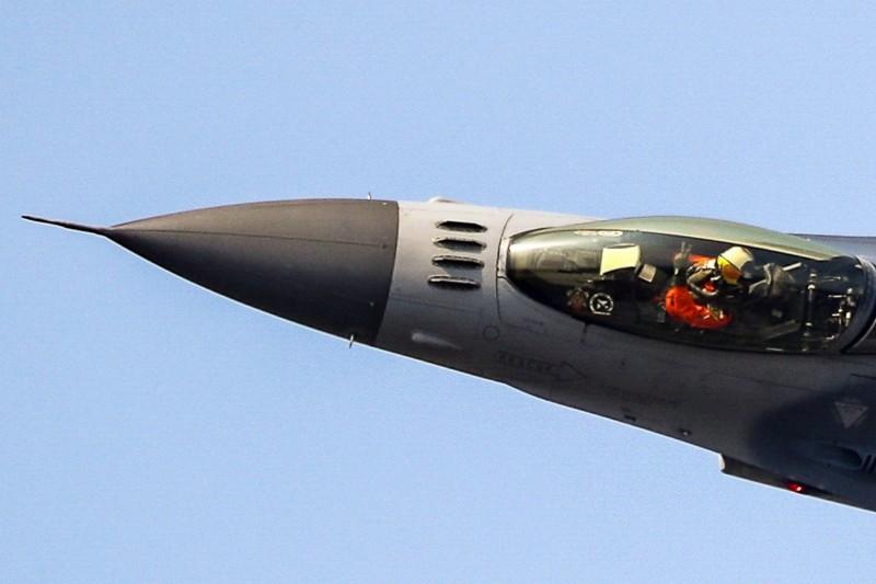 F-16戰機的單機特技教官林暄期,今天在台南基地進行飛行性能展示,在戰機低飛側轉時,還能單手比出21作戰隊的手勢,向全場數萬觀眾致意。(圖:取自青年日報臉書專頁)