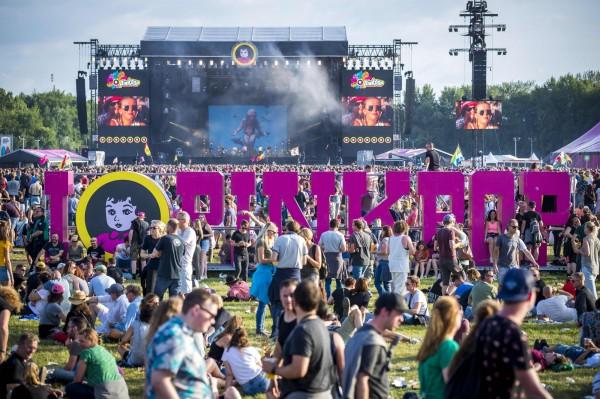 荷蘭「Pink Pop」音樂節人群遭小型白色巴士衝撞,共釀成1死3傷,嫌犯目前駕車逃逸中。(法新社)