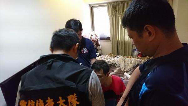 警方到男子黃照岡住處搜索查緝。(記者邱俊福翻攝)