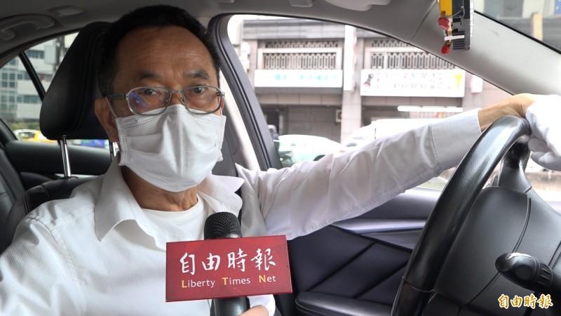 計程車司機誇政府紓困政策是德政。(記者楊劼恩攝)