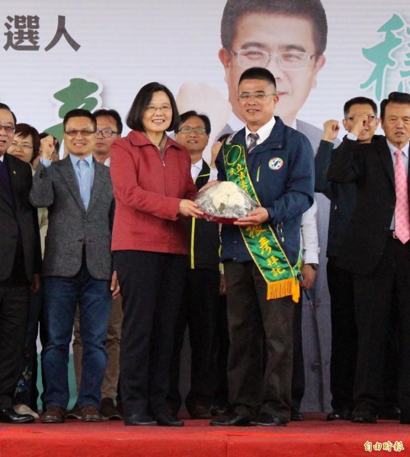 總統蔡英文致贈象徵包中的肉粽和包子替黃振彥加油打氣。(記者張聰秋攝)