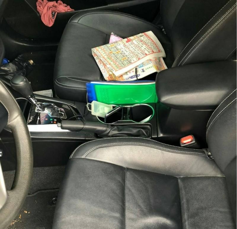 他邊開車邊翻報紙 被警攔查掉出1包GG了