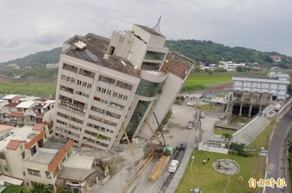 昨深夜11點50分在花蓮發生芮氏規模6.0地震,造成嚴重災情,仁德醫專學生21人到花蓮參加畢業旅行,所幸都平安。圖為嚴重傾斜的雲翠大樓。(記者羅沛德攝)