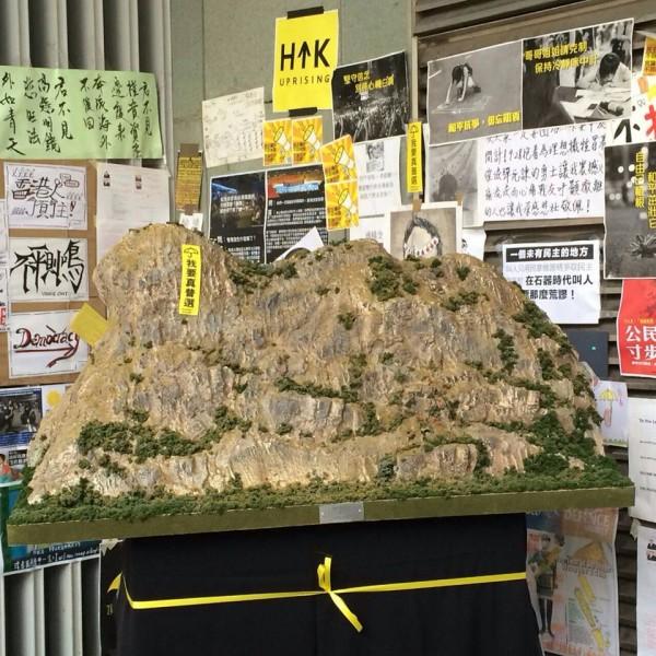香港民眾Ray因熱愛模型,特別自製縮小版「獅子山」,並高掛「我要真普選」布條,延續「撐真普選」的精神。(圖擷自SocREC社會記錄頻道臉書專頁)