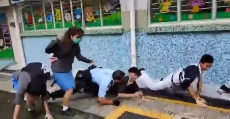 香港大埔孔教學院何郭佩珍中學今(3)日傳出聲援罷課學生(右二)遭到港警(藍衣者)追捕致傷。(圖翻攝自「生於亂世2.0」臉書粉絲頁影片)