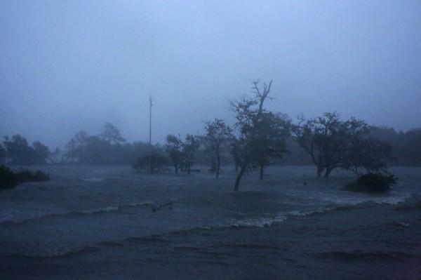 一級颶風「佛羅倫斯」今天在美國北卡羅萊納州海岸登陸。(美聯社)