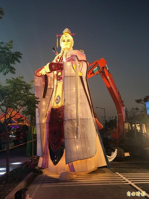 8米高的巨型戲偶-素還真,點燈後十分吸睛。(記者黃淑莉攝)
