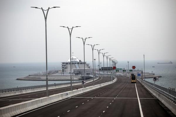 港珠澳大橋預計24日上午9時正式通車後,能將香港、澳門及中國珠海市三地生活圈縮短至1小時。(彭博)
