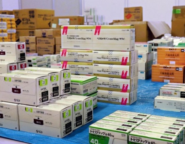 34歲中國男子張浩浩涉嫌以銷售為目的囤積13萬件市售藥品,被日本警方依觸犯《醫藥品醫療器械法》逮捕歸案,張男供稱從2016年接受中國民眾下訂而轉賣藥品,銷售金額達到2.5億日元。(圖擷取自神戶電視台)