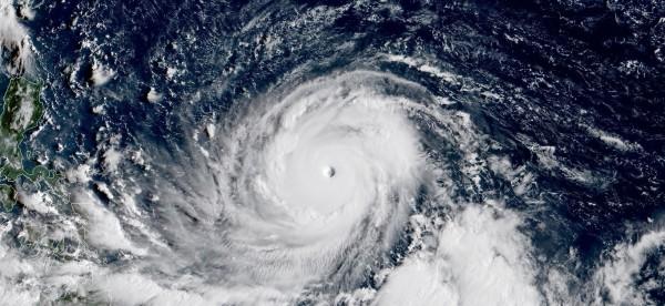 日本氣象衛星「向日葵8號」拍到的影像顯示,「山竹」颱風眼清晰可見。(圖擷取自RAMMB/Himawari-8)