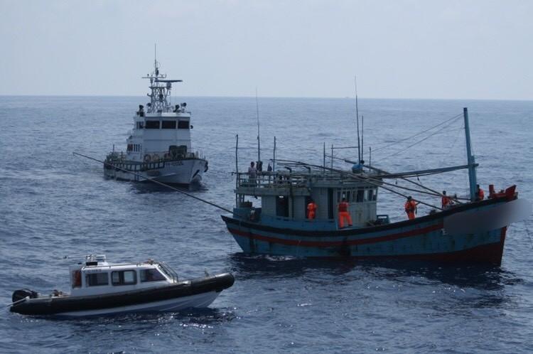 海巡艦艇包抄越南籍漁船,強行登檢。(資料照)