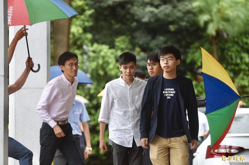 香港眾志秘書長黃之鋒等人,5日前往立法院拜會民進黨團。(記者叢昌瑾攝)