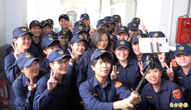 蔡英文換上警察新制服,與女警同仁自拍。(記者張家寶攝)