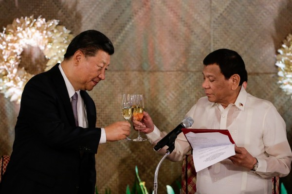 習近平杜特蒂舉行會談,雙方共同宣布將建立「中菲全面戰略合作關係」,且表示「南海爭議不是中菲關係的全部」。(歐新社)